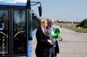 Malgorzata Olszewska, Geschäftsführerin von Solaris Deutschland übergibt den symbolischen Schlüssel, sowie den grünen Dackel - das Maskottchen von Solaris - an MVG-Geschäftsführer Herbert König