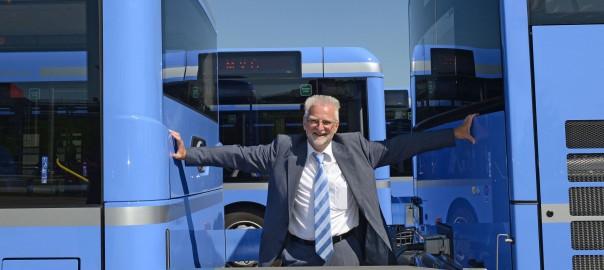 Damit Passanten und Fahrgäste nicht zwischen Bus und Anhänger durchsteigen, wird ein Band dazwischen gespannt. Hier unvorbildlich von MVG-Chef Herbert König demonstriert. (c) SWM/MVG